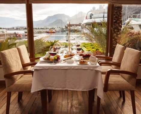tavolo con sfondo al porto